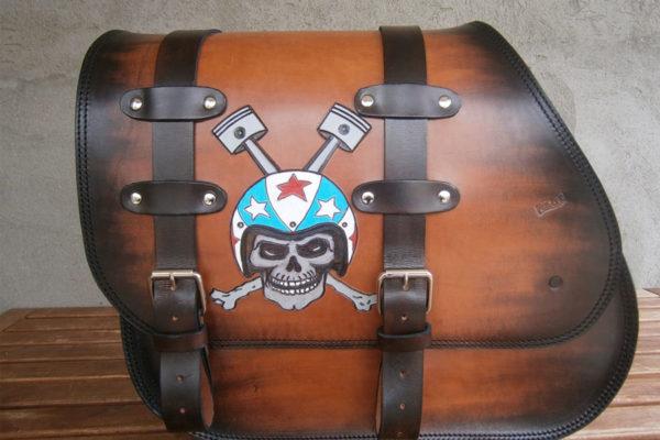 Borsa marrone in cuoio con teschio disegnato per Harley Dyna - Max Cuoio Torino