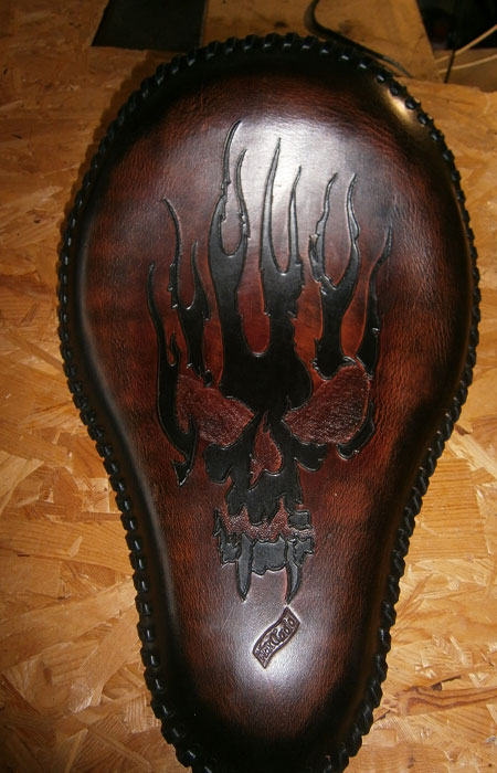 sella personalizzata con teschio e fiamme in cuoio max cuoio torino