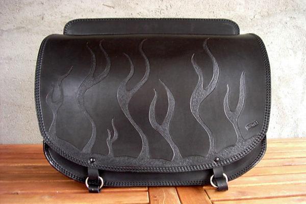 borsa in cuoio personalizzata con fiamme in rilievo nera max cuoio torino