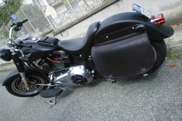 borsa moto in cuoio nera con chiusura laterale cinghie in acciaio per harley softail max cuoio torino