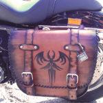 borsa moto in cuoio personalizzata con pipistrello rilievo max cuoio torino