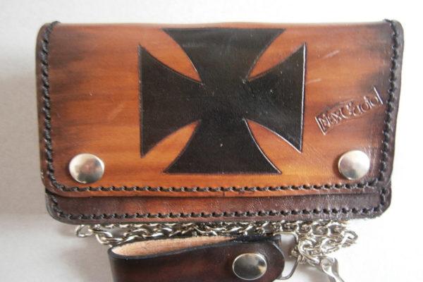 portafoglio in cuoio beige con disegno di croce catena max cuoio torino