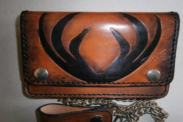 portafoglio in cuoio personalizzato con disegno astratto catena max cuoio torino
